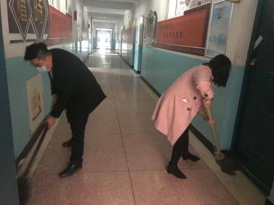 全体教师齐动手 打扫卫生迎开学